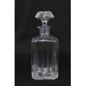 Garrafa de cristal prensado de seção quadrada. 24 cm de alt, 9 x 9 cm.