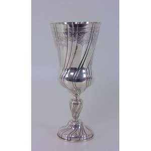 Vaso de prata de lei, não contrastada. Brasil Séc XX. 29 cm de alt e 13 diâm.