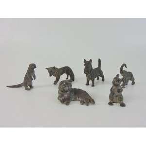 Coleção de 6 esculturas em miniatura de bronze com resquícios de prateação representando, elefante, lontra, gato, cachorro, esquilo e raposa, marca de manufatura Inglesa em uma das peças. Maior 7 x 8 cm e menor 5 x 4 cm.