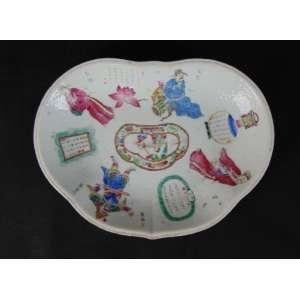 Covilhete de porcelana esmaltada ricamente trabalhado. China séc XVIII XIX. 28 x 20 cm.