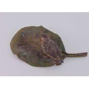 Pássaro sobre folha, bronze austríaco. 19 x 11 cm.