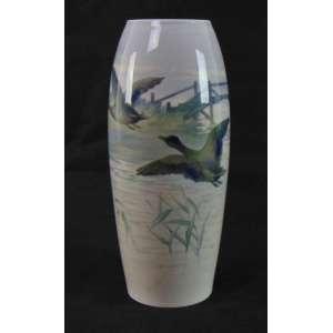 Grande vaso em porcelana Bing and Grondahl, anos 50. Decorado com patos voando. 40 cm de alt e 17 de diâm.