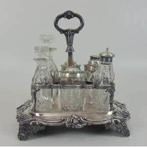 Imponente galheteiro de prata de lei contraste referente a cidade de Londres período Willian IV e cristal de Bristol finamente trabalhado. Inglaterra Séc XIX - 28 cm de alt, 27 de comp, 24 de prof
