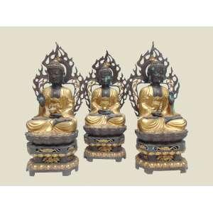 Conjunto de três Budas (Mahakachyapa, Shakyamuni e maitre). No centro a imagem de Shakyamuni e de seus dois grandes discípulos, Sariputra e Maudgalyana. como Budas representando respectivamente o passado e o futuro. de bronze fundido patinado e cinzelado partes em douração . China Séc XX 108 cm de alt, 42 de comp e 25 de prof.