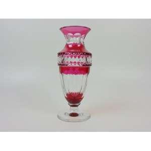Vaso em cristal lapidado overlay na cor rubi, manufatura Val St. Lambert - 30 cm de alt. Marcas da cristaleira na base. Bélgica, 1950.