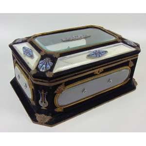 Importante Caixa de madeira , cristal bisote, bronze com trabalho em fino esmalte e bronze .França Séc XIX - 18 alt, 40 x 28 cm.