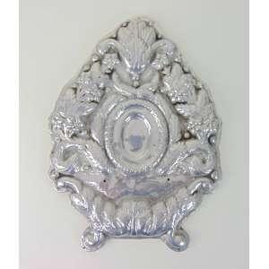 Palma de metal expessurado a prata repuxada e cinzelada com alma em madeira lavrada .Sul America Séc XVIII/XIX. - 48 x 37 cm.