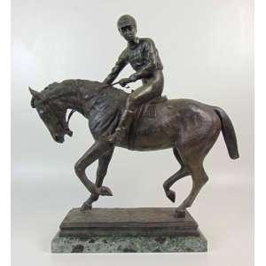PIERRE JULES MENE - (1810- 1879)Escultura de bronze representando Jockey - 52 cm de alt, 33 x 13 cm. França Séc XIX.Ele é considerado um dos pioneiros da escultura animal no século XIX.Mêne produziu uma série de esculturas de animais, principalmente de animais domésticos, incluindo cavalos, vacas e touros, ovelhas e cabras que estavam em voga durante o Segundo Império . Ele era uma das escolas de animais franceses que também incluía Rosa Bonheur , Paul-Edouard Delabrierre , Pierre Louis Rouillard , Antoine-Louis Barye , seu genro Auguste Caïn e François Pompon . Seu trabalho foi exibido pela primeira vez em Londres por Ernest Gambart em 1849. Mêne se especializou em pequenas figuras de bronze , o que explica por que nenhum de seus trabalhos existe como estatuária pública. Seu trabalho foi um sucesso popular com a classe burguesa e muitas edições de cada
