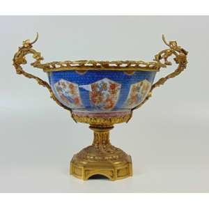 Centro de mesa em fina porcelana Imari guarnecida em fino bronze ormolu .Japão /França séc XIX. - 32 cm de alt e 30 de diâm.