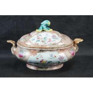 Sopeira de porcelana esmaltada da Cia. das Índias .China Séc XVIII - 21 cm de alt, 36 de comp e 22 de prof.