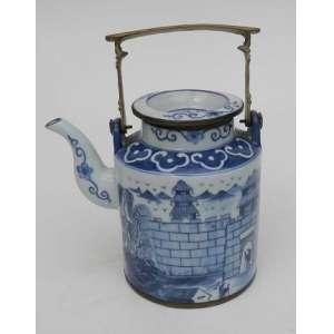Bule de chá de porcelana chinesa com alça de bronze, decorado com personagens, muros, plantas e construções. alt. 16 cm.