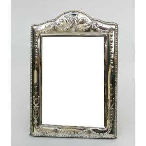Porta retrato de prata inglesa com frontão. alt.24 cm.