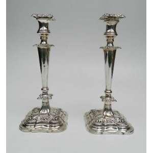 Par de castiçais de prata de lei inglesa, altura 34cm, largura 14cm e 14cm de comprimento.