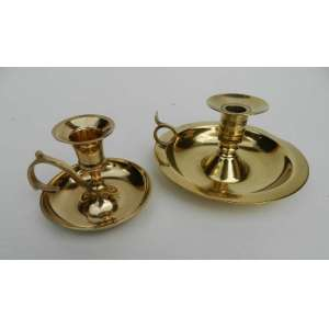 Lote com duas palmatórias de metal dourado, maior medindo 8cm de altura e 15cm de diâmetro.