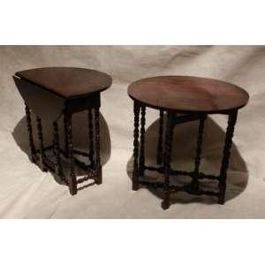 Par de mesas auxiliares gate legs, madeira torneada, altura 56 cm e 57cm de diâmetro.
