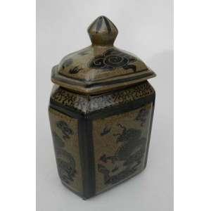 Caixa de chá,sextavada, de ceramica gris com decoração de dragoões.China.alt. 25 cm.