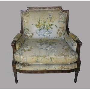 Poltrona de madeira lustrada, estofada com tecido floral, estilo Luis XVI, 88 cm de comprimento,56 cm de largura e 95 cm de altura.
