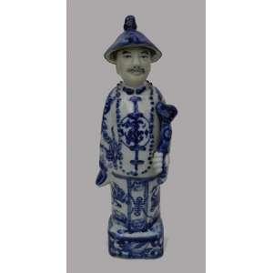 Figura masculina de porcelana chinesa azul e branco, pintada á mão,selada na base. alt.23 cm