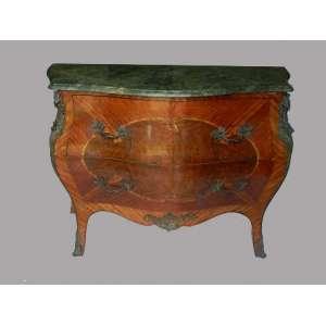 Comoda francesa de madeira bombê com marchetaria e aplicações de bronze, com duas gavetas e tampo de mármore verde, altura 91cm, largura 54 cm e 121cm de comprimento.