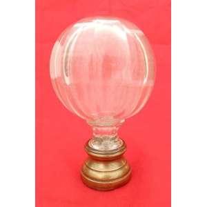 Pinha de cristal translúcido, chanfrado com base de bronze. alt. 16,5 cm e 9,5 cm de diametro.