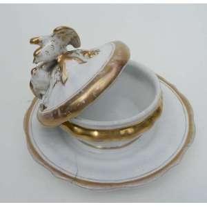 Pequena terrina de porcelana KPM, branca e ouro, tendo 2 pássaros no centro da tampa. Marcada na base. alt.15 cm. n.e.