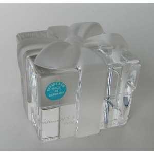 Peso de papel Tiffany & C0 de cristal, representando caixa com laço.