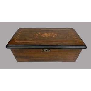 Caixa de musica de madeira,com delicado trabalho de marchetaria, altura 16cm, largura 45cm e 24cm de comprimento.