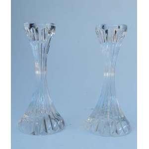 Par de castiçais de cristal Baccarat selado, altura 15,5cm e 7cm de diâmetro.