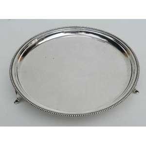 Pequena salva de prata brasileira Alves Pinto, teor 833, lisa e perolada na borda, sobre tres pés. diametro 19 cm