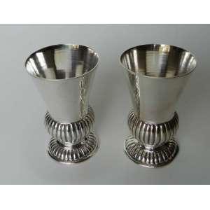 Par de vasinhos em prata de lei brasileira 833, lisa e gomada. altura 9cm.