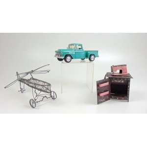 Lote com 3 peças: 1. Chevy Stepside - Escala 1: 24, metal pintado e cromado, /made in China - 8 x 8 x 20 cm. 2. Helicóptero em arame, articulado - 13 x 24 cm. 3. Máquina de costura artesanal, em lata pintada, com inscrição Singer, 9 x 7 x 7 cm.