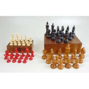 Lote com 2 jogos de xadrez - 1. Tabuleiro com dois jogos de peças, um em plástico e o outro em madeira ( esse último no estado, falta a rainha branca ). 2. Estojo de viagem em madeira e peças em plástico - 19 x 19 x 2 cm (aberto).