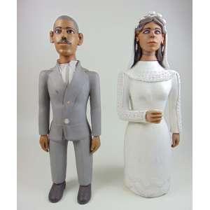 Casal em cerâmica policromada - Arte do Vale do Jequitinhonha, não assinada, 65 cm de altura. No estado - Faltam o buquê da noiva e a ponta do colarinho do noivo.