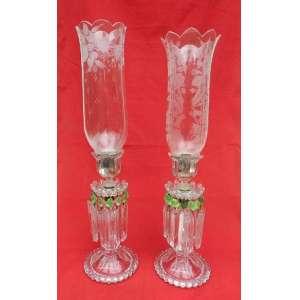Dois castiçais de cristal, com mangas de vidro burilado com desenhos de folhagens, pingentes longos transparentes e outros verdes. altura 55cm e 14cm de diâmetro. França sec XIX / XX