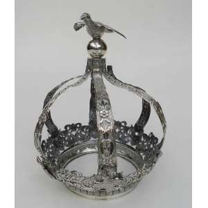 Coroa de prata de lei portuguesa, Porto, repuxada e cinzelada,com Divino ao centro e na base. altura 36cm e 20cm de diâmetro.