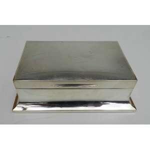 Cigarreira de prata de lei inglesa, altura 5cm, largura 11cm e 16 cm de comprimento.