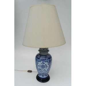 Abajur de porcelana azul e branco, altura 52cm e 20cm de diâmetro.