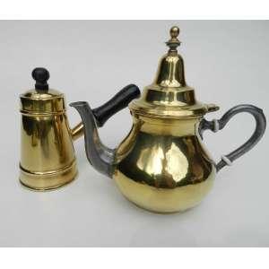 Lote com duas peças, cafeteira e leiteira de latão polido, altura 21cm, largura 23cm e 13cm de comprimento.