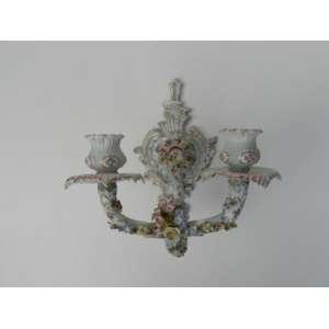 Aplique de porcelana,com flores em alto relevo, altura 22cm, largura 21cm, comprimento 17cm.