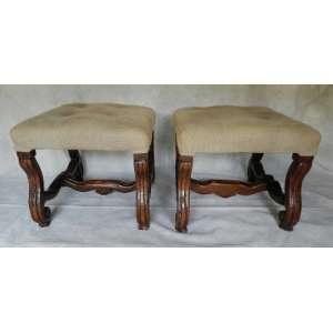 Par de banquetas de madeira com forração em tecido, altura 45cm, largura 50cm e 50cm de comprimento.