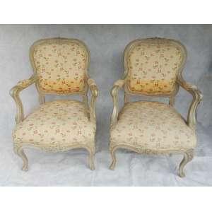 Par de cadeiras de braço, laqueadas e estofadas no assento e encosto ,estilo provençal . altura 95cm. largura 62cm e 54cm de comprimento.