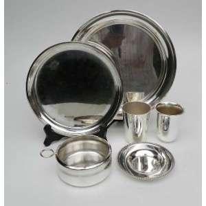 2 copos, tres pratos e um porta garrafas de metal prateado.