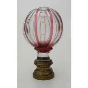 Pinha de cristal na cor romã, lapidação chanfrada e base de bronze.alt.17.5 cm e diãmetro 10 cm.