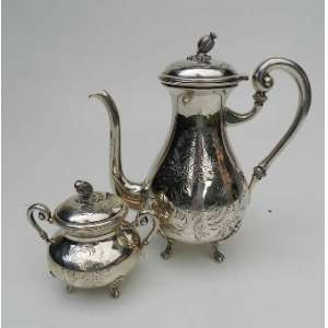 Bule de café e açucareiro de prata brasileira 833, Alves Pinto, cinzelada e pega de fruta nas tampas. Bule com 26 cm. de alt e açucareiro com 14 cm de alt.