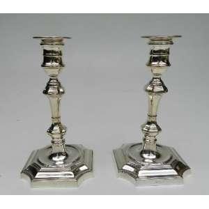 Par de castiçais de prata inglesa, altura 20cm, largura 11cm e 11cm de comprimento.