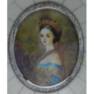 Pintura em marfim, representando dama, medindo 6 X 5cm.