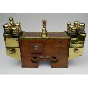 Caixa de engraxate, de madeira com aplicações de metal dourado, utensílios de vidro, altura 40cm, largura 17 cm e 62 cm de comprimento.