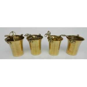 Conjunto de quatro calderinhas de metal dourado, altura 10cm e 9cm de diâmetro.