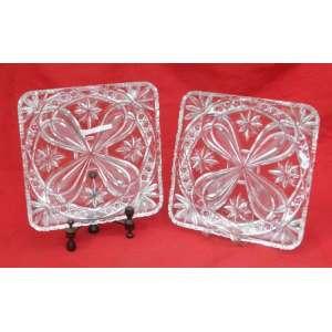 Dois pratos rasos quadrados de cristal Bohemia, lapidados medindo 28 cm de lado e 4 cm de altura.