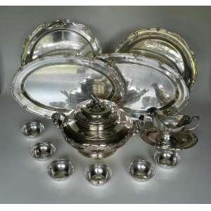 Baixela de prata de lei 833, Alves Pinto,composta com uma sopeira e 4 travessas grandes, 12 lavandas e uma molhereira com presentoir.